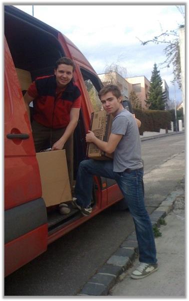 Az Electronic-Star bérelt, piros furgonja