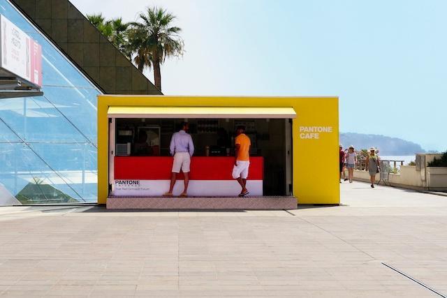 A Pantone Kávézó színes pop-up üzlete a tengerparton