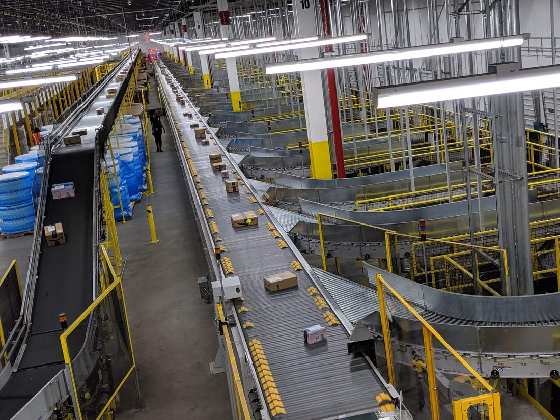 Az Amazon New Yorki komissiózó központja, a JFK 8